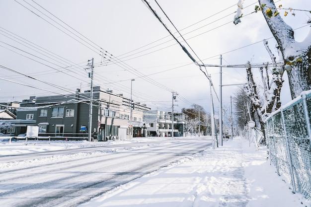 Route en ville pleine de neige