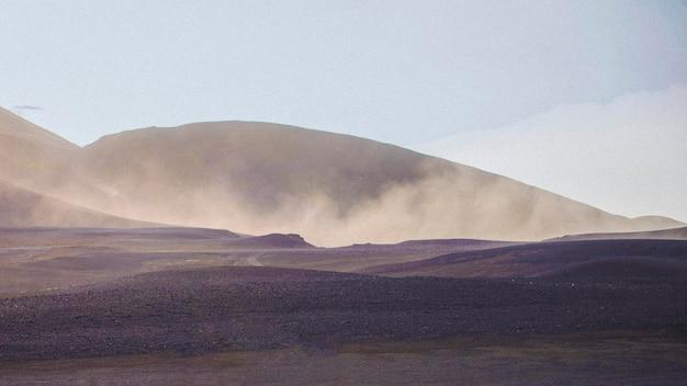 Route avec un volcan brumeux