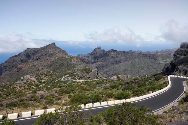 Routes autoroutières avec paysage naturel