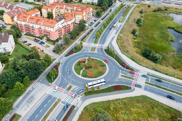Routes, carrefours et ponts modernes. autoroute de la vue de dessus. été wroclaw pologne