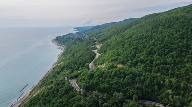 Routes d'en haut, route sinueuse extrême dans l'antenne des montagnes