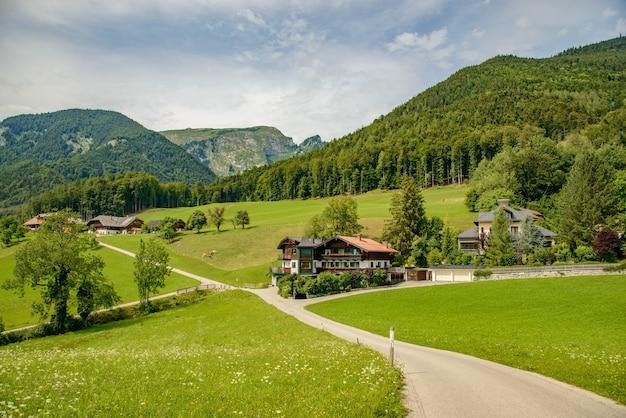 Routes et maisons sur les alpages