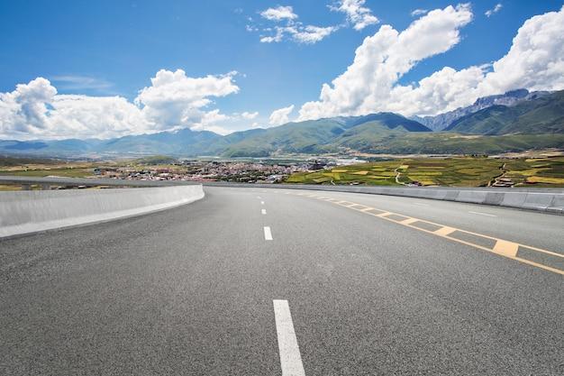 Routes vides et montagnes lointaines