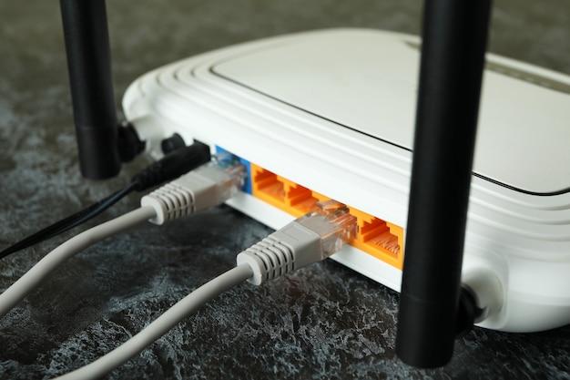 Routeur wi-fi et câbles de connexion, gros plan