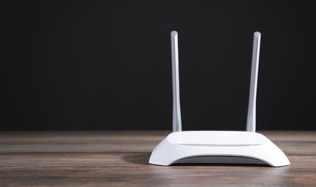 Routeur wifi moderne sur la table en bois.