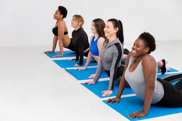 Routine de cours de fitness sur tapis