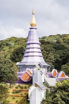 Royal chedi près de doi inthanon - la plus haute montagne de thaïlande