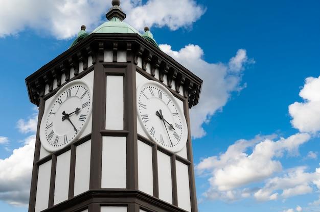 Royaume-uni, londres, 22 juillet 2021 : tour de l'horloge à l'entrée du zoo de londres avec ciel bleu.