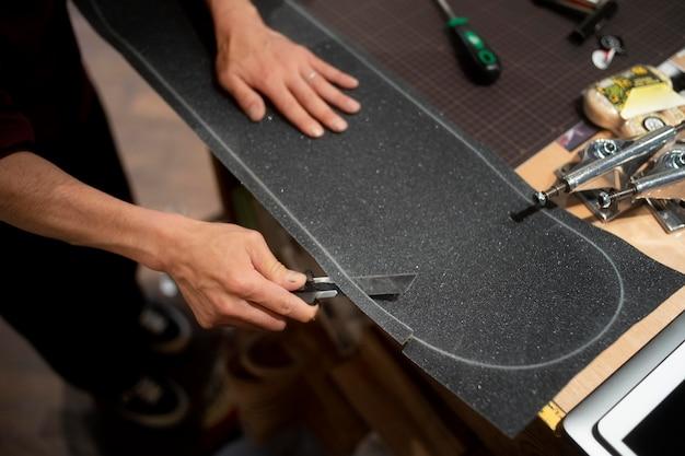 Ruban adhésif coupant à la main avec un couteau en gros plan