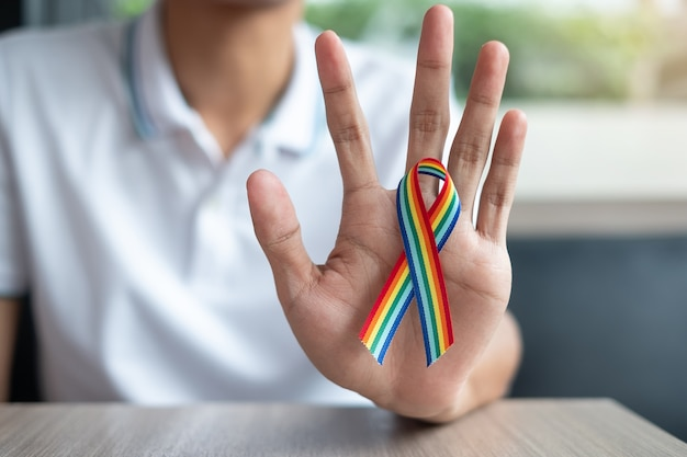 Ruban arc-en-ciel lgbtq pour lesbiennes, gays, bisexuels, transgenres et queers