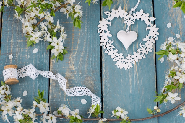 Ruban blanc dentelle et coeur entrelacs