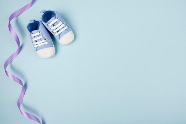 Ruban bleu et chaussures espace de copie