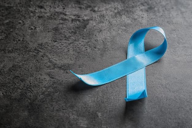 Ruban bleu sur fond gris. concept de sensibilisation au cancer