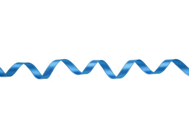 Ruban bleu sur surface blanche