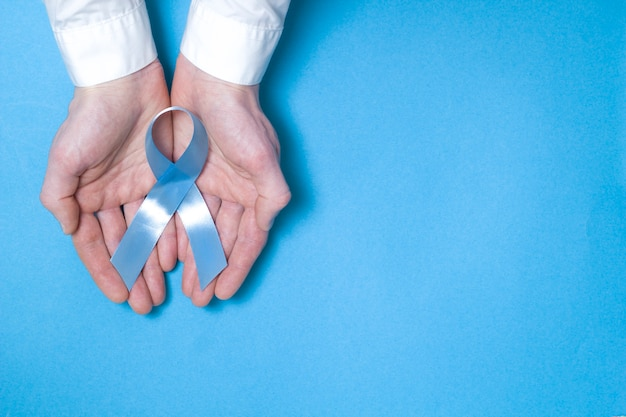 Ruban bleu symbolique. le problème du cancer de la prostate espace copie