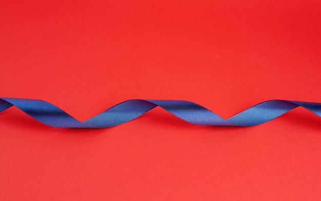 Ruban brillant en soie bleu foncé torsadé sur rouge