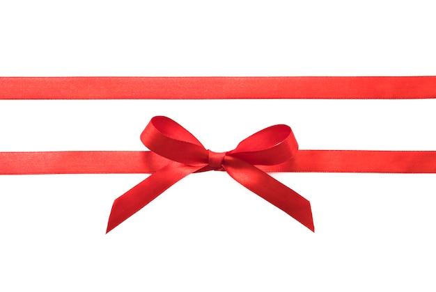 Ruban cadeau arc rouge horizontal droit isolé sur blanc.