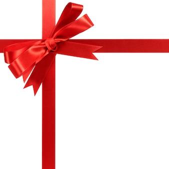 Ruban de cadeau arc rouge isolé sur blanc.