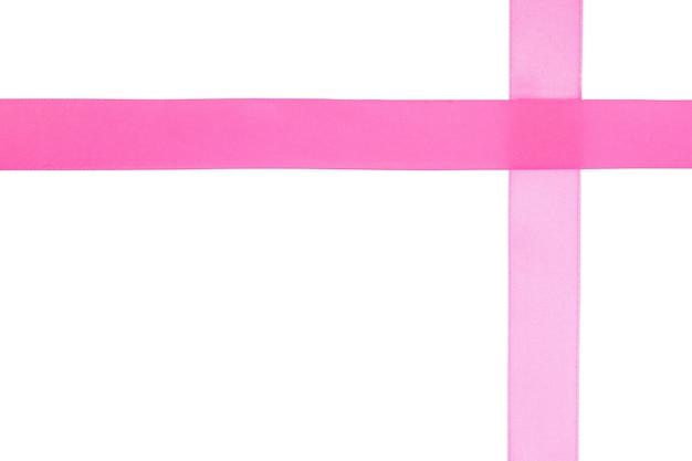 Ruban cadeau rose soie isolé blanc