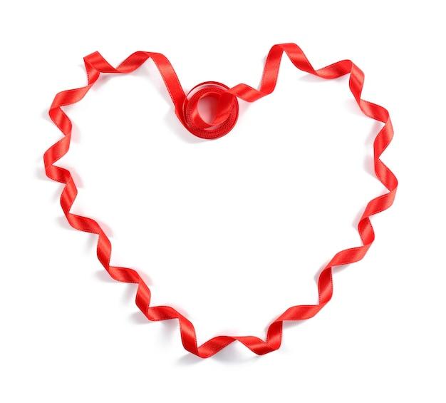 Ruban coeur rouge isolé sur blanc