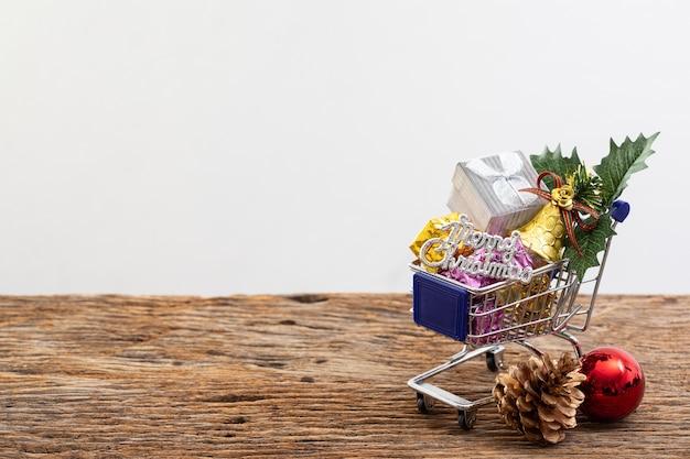 Ruban de couleur de boîte présent de panier de magasinage sur fond blanc pour spécial anniversaire de noël