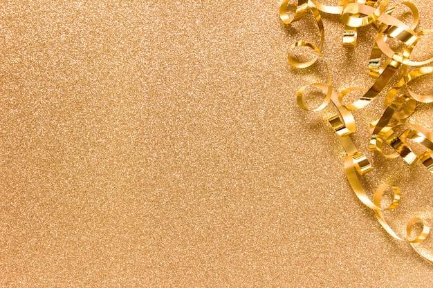 Ruban doré disposé à droite sur le fond doré