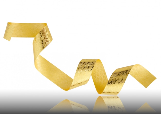 Ruban doré sur sol réfléchissant et fond blanc avec un tracé de détourage