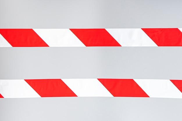 Ruban interdictoire à rayures signal blanc rouge. ligne rayée isolée. ruban d'avertissement en plastique.