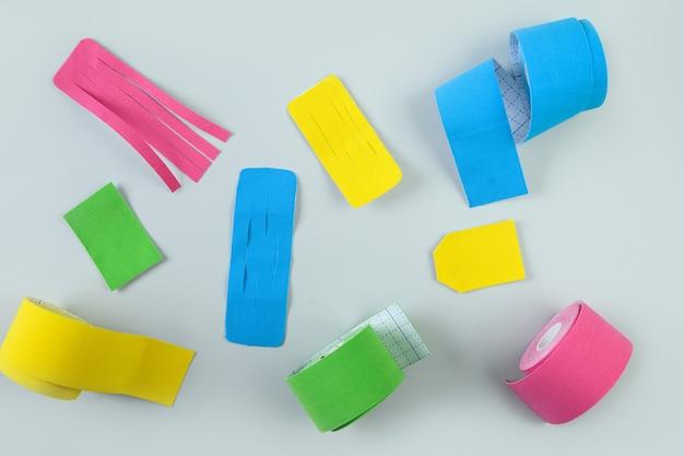 Ruban de kinésiologie coloré et différentes coupes de forme pour l'applique