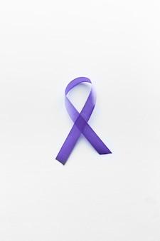 Ruban de lymphome violet sur fond blanc