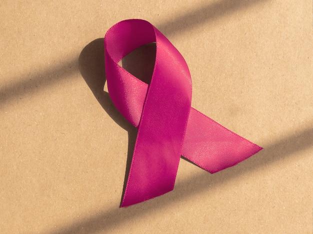 Ruban médical rose comme symbole du concept de cancer du sein de la santé des femmes