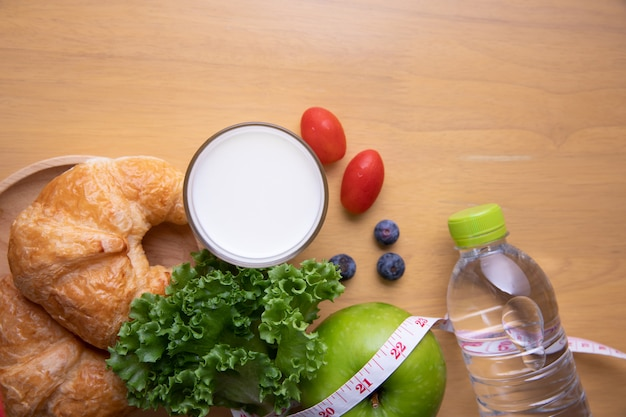 Ruban à mesurer et aliments diététiques