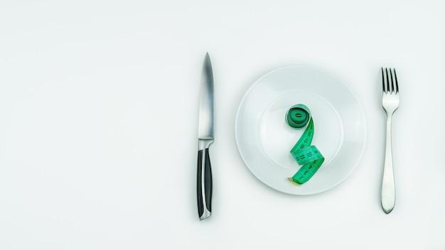 Ruban à mesurer sur assiette.