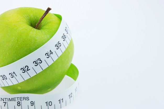 Ruban à mesurer autour de la pomme verte