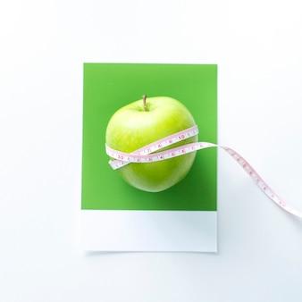Ruban à mesurer autour d'une pomme