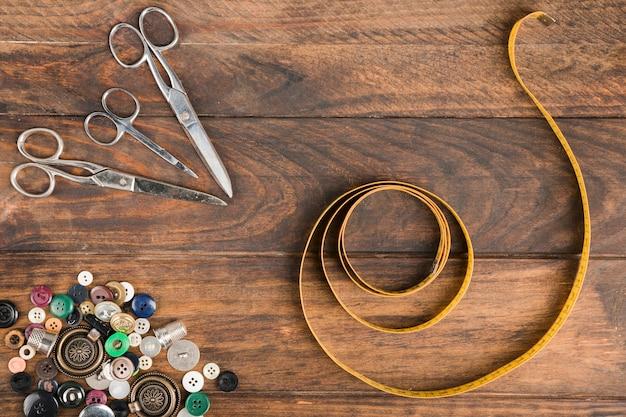 Ruban à mesurer avec des ciseaux et des boutons