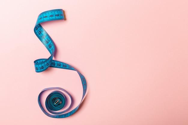Un ruban à mesurer emmêlé avec un espace pour votre idée