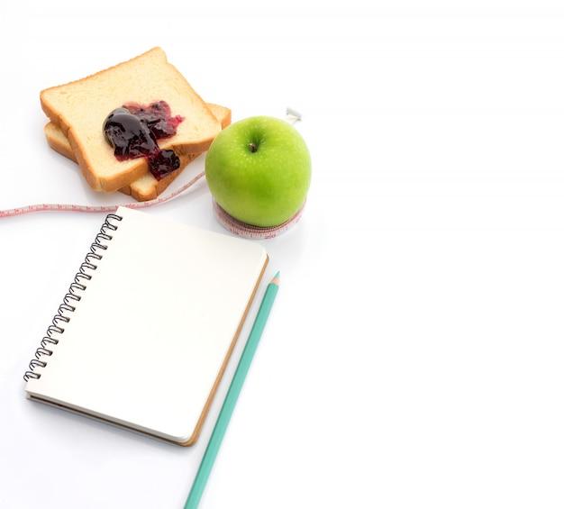 Ruban à mesurer enroulé autour d'une pomme verte avec slice
