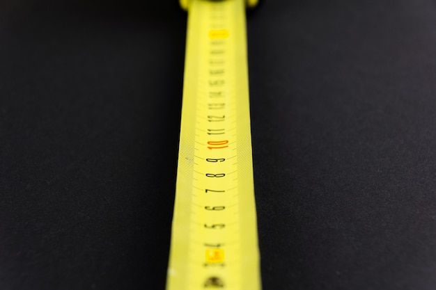 Ruban à mesurer en jaune sur fond noir