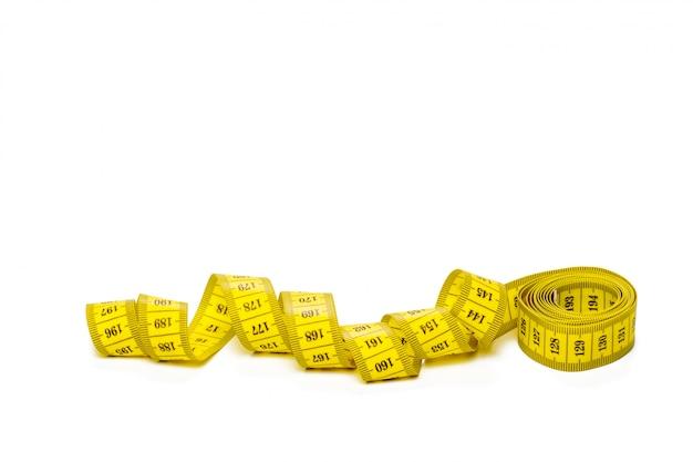 Ruban à mesurer métrique jaune isolé sur blanc