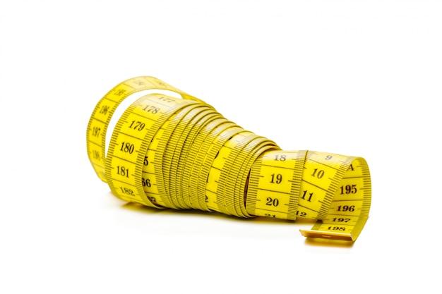 Ruban à mesurer métrique jaune isolé sur panorama blanc
