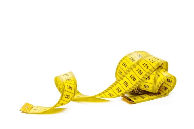 Ruban à mesurer métrique jaune isolé