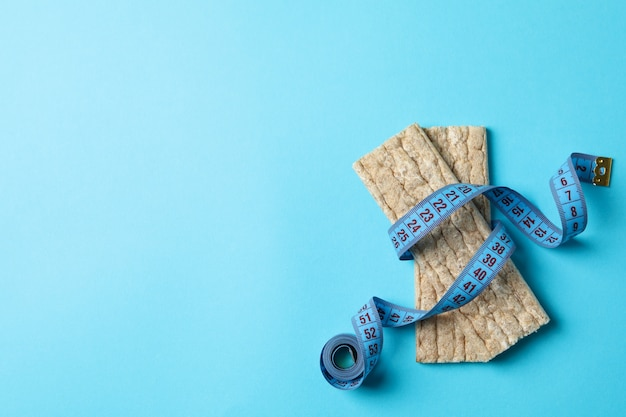 Ruban à mesurer et pain de régime