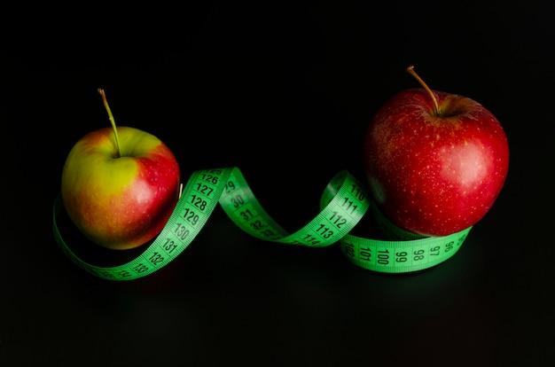 Ruban à mesurer pomme rouge et vert sur fond noir