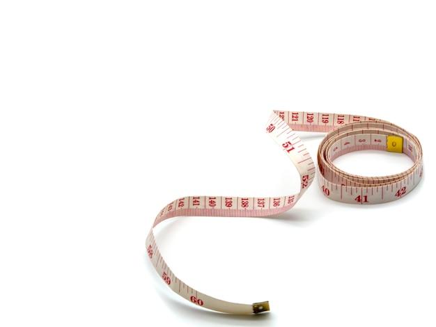 Un ruban à mesurer tailleur souple isolé