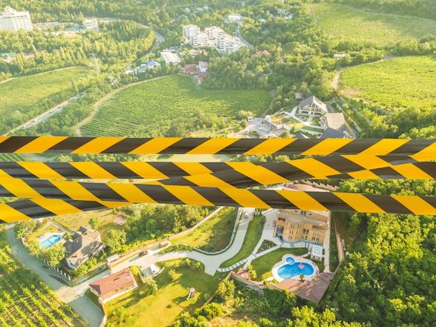 Un ruban noir et jaune comme symbole des destinations de voyage fermées pendant la quarantaine de la pandémie de covid-19