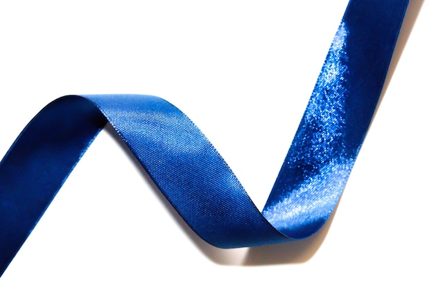 Ruban pantone bleu sur fond blanc. décoration de vacances élégante, tendances des couleurs du nouvel an.