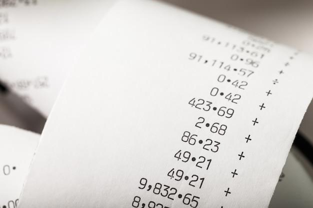 Ruban de papier de calculatrice enroulé, rouleau de papier de nombres