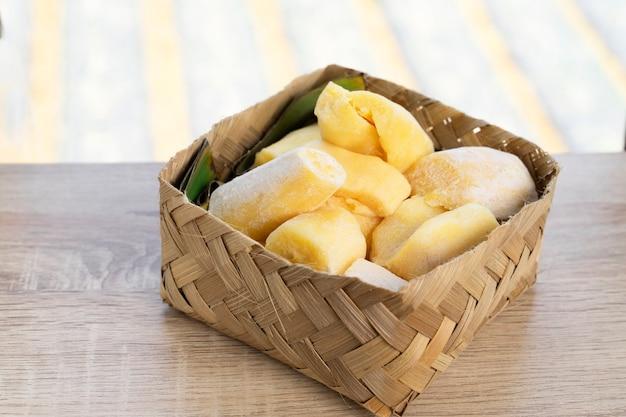 Le ruban ou le peuyeum sont des collations traditionnelles d'indonésie à base de manioc fermenté