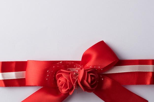 Ruban rose avec du papier blanc